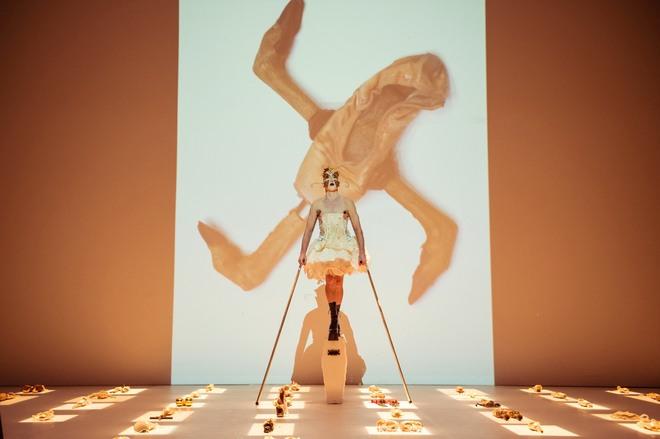 Actualidad Actualidad El bailarín sudafricano Steven Cohen se come en escena las cenizas de su pareja, Elu