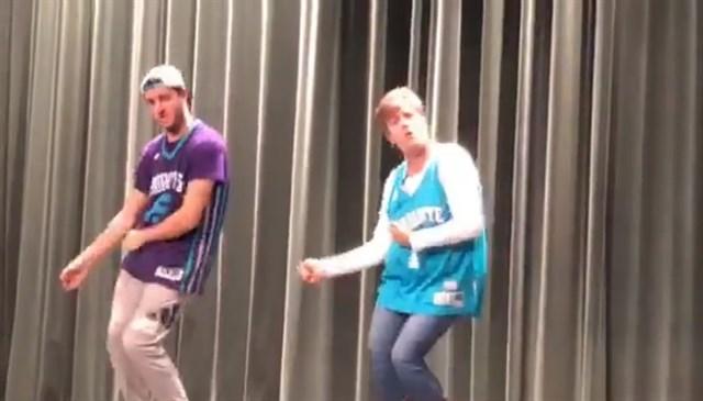 Actualidad Actualidad Este baile madre-hijo ganó un concurso de talentos y a Internet y está claro porqué